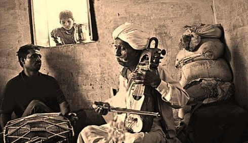 Sarangi Player Lakha Khan and his soin Dane on Dholak_04