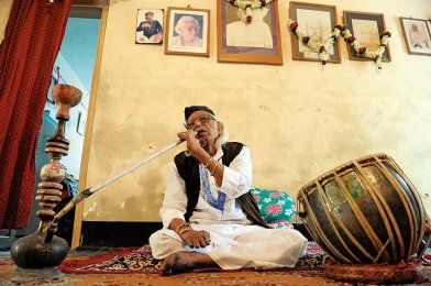 Ustad Rashid Khan at his daily hookah session
